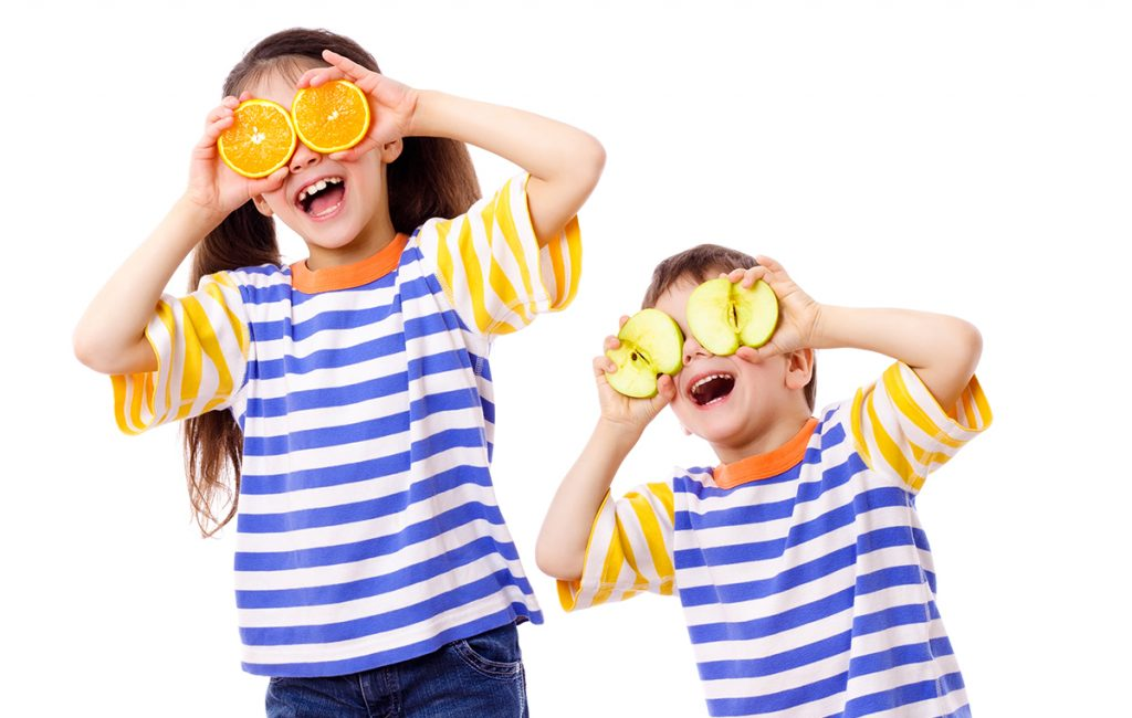 Nutriplus Kids Protein Power: two kids making eyes out of fruits