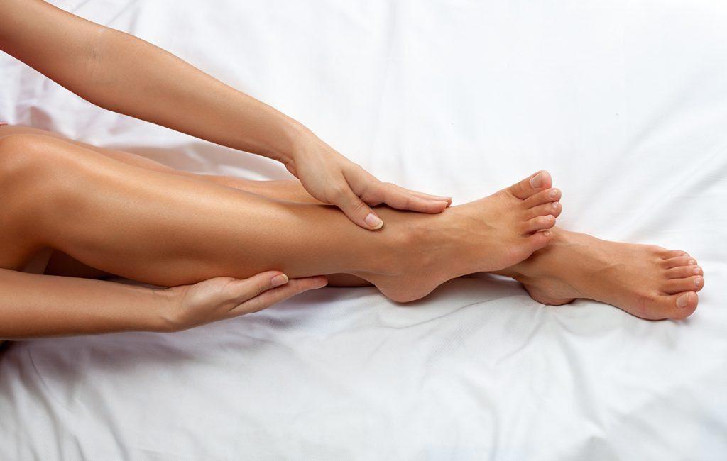 vitamin e for skin: Applying moisturiser on the body
